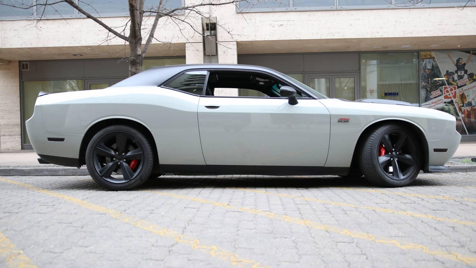 Dodge Challenger utcai vezetés