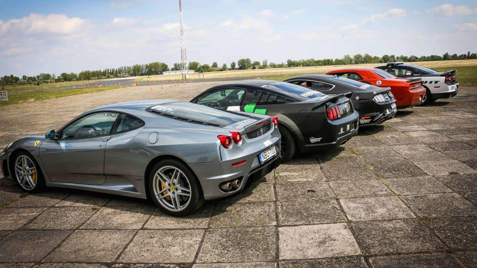 Legális gyorsulás egymás ellen 2 választható autóval