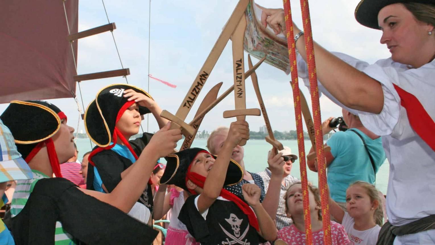Kincskeresős kalózprogram igazi kalózhajón a Balatonon