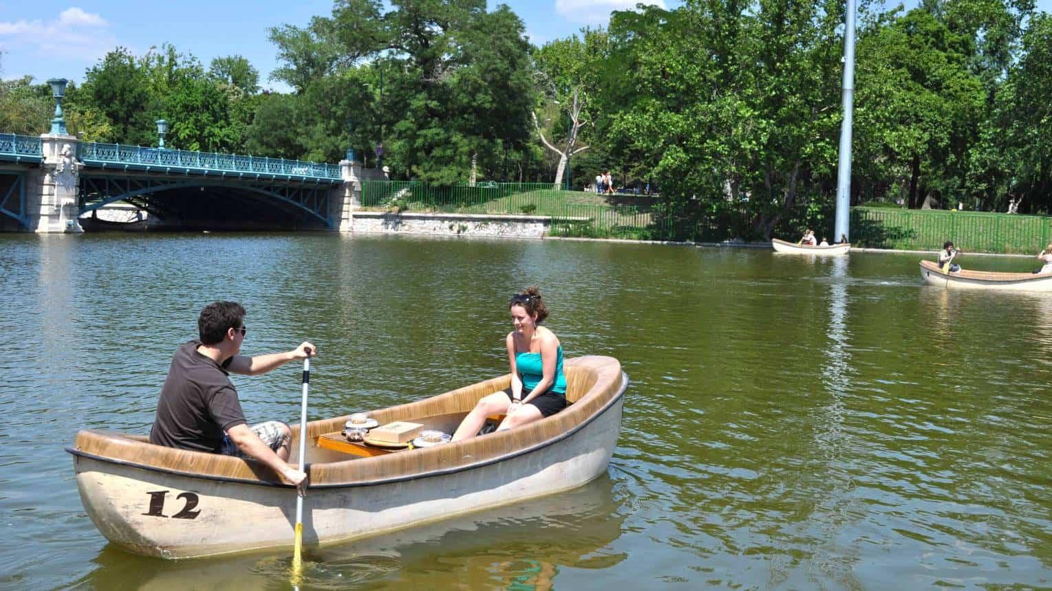 Páros romantikus piknik csónakázás közben