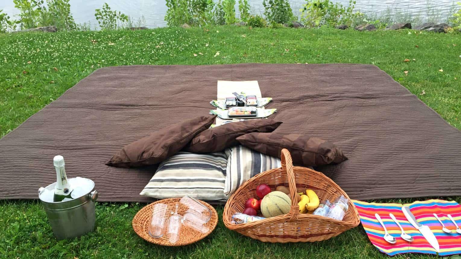 Páros romantikus hajókázás piknikkel