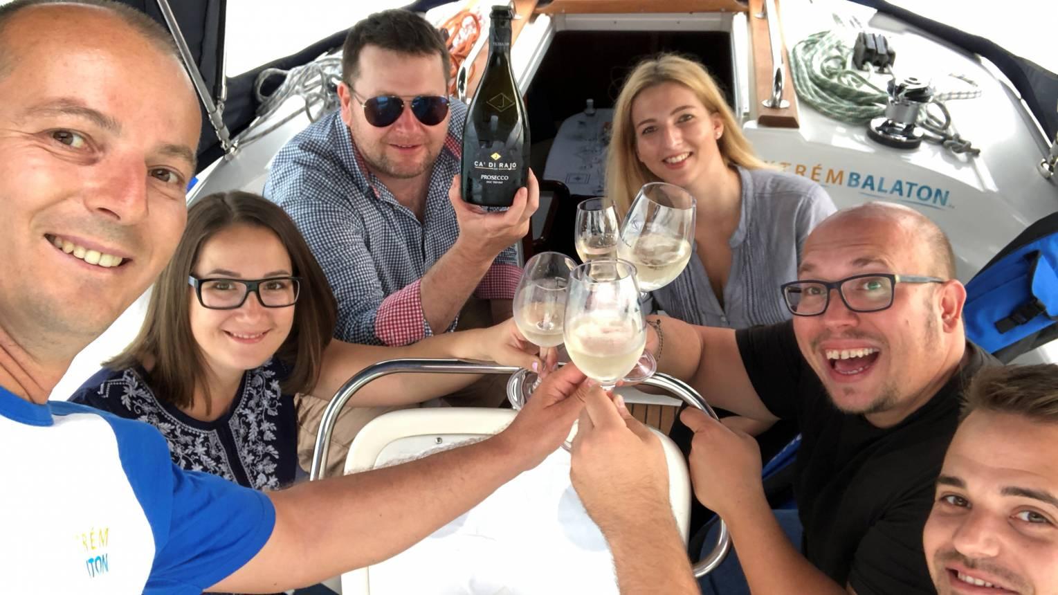 Leánykérés a Balaton közepén pezsgővel
