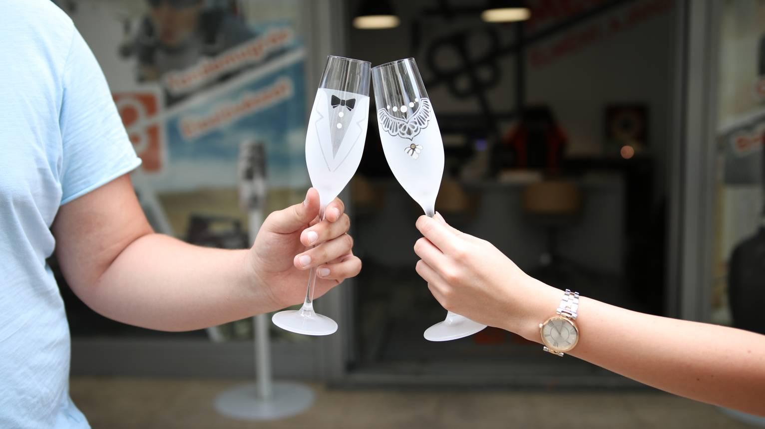 Egyedi Férfi-Nő pezsgőspohár nászajándékba, évfordulóra vicces designnal