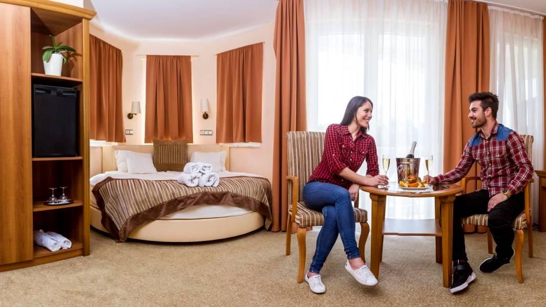 Jakuzzis-körágyas lakosztály Aprhodite hotelben Zalakaroson