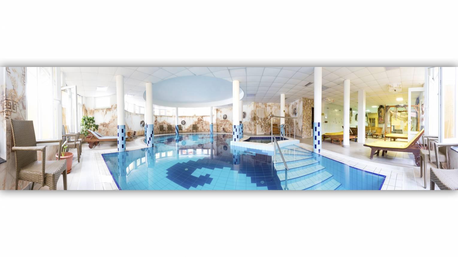Privát gyertyafényes fürdőzés zárás után az Aphrodité hotel medencéjében