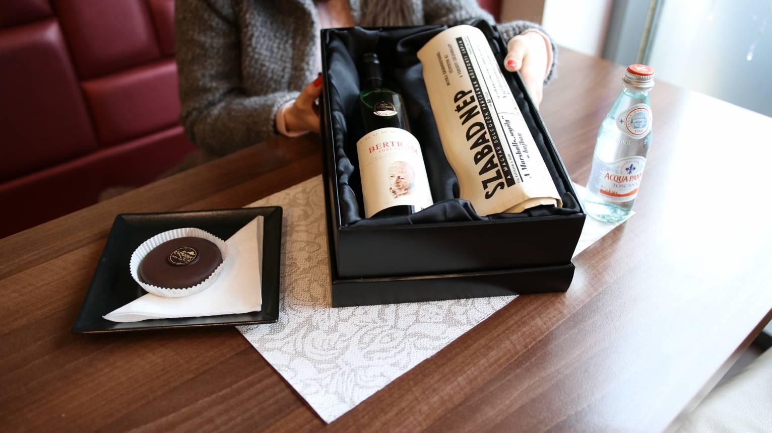 Születésnapi újság elegáns díszdobozban ajándék üveg borral