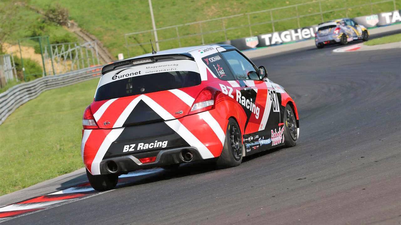 Suzuki Swift Cup versenyautó vezetés verseny csapattal az Euroringen