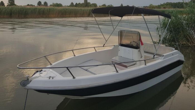 Engedély nélkül vezethető motorcsónak Capelli 16 Open a Ráckevei Duna-ágban