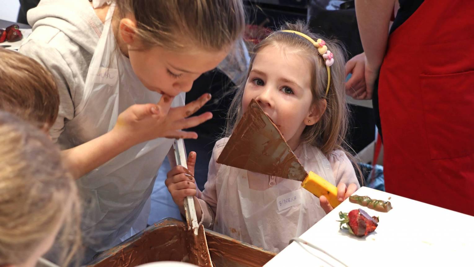 Családi vagy baráti csokikészítés egy francia cukrászdában