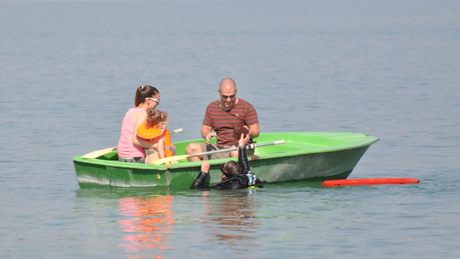 Lánykérés csónakban, búvár hozta kincses ládával