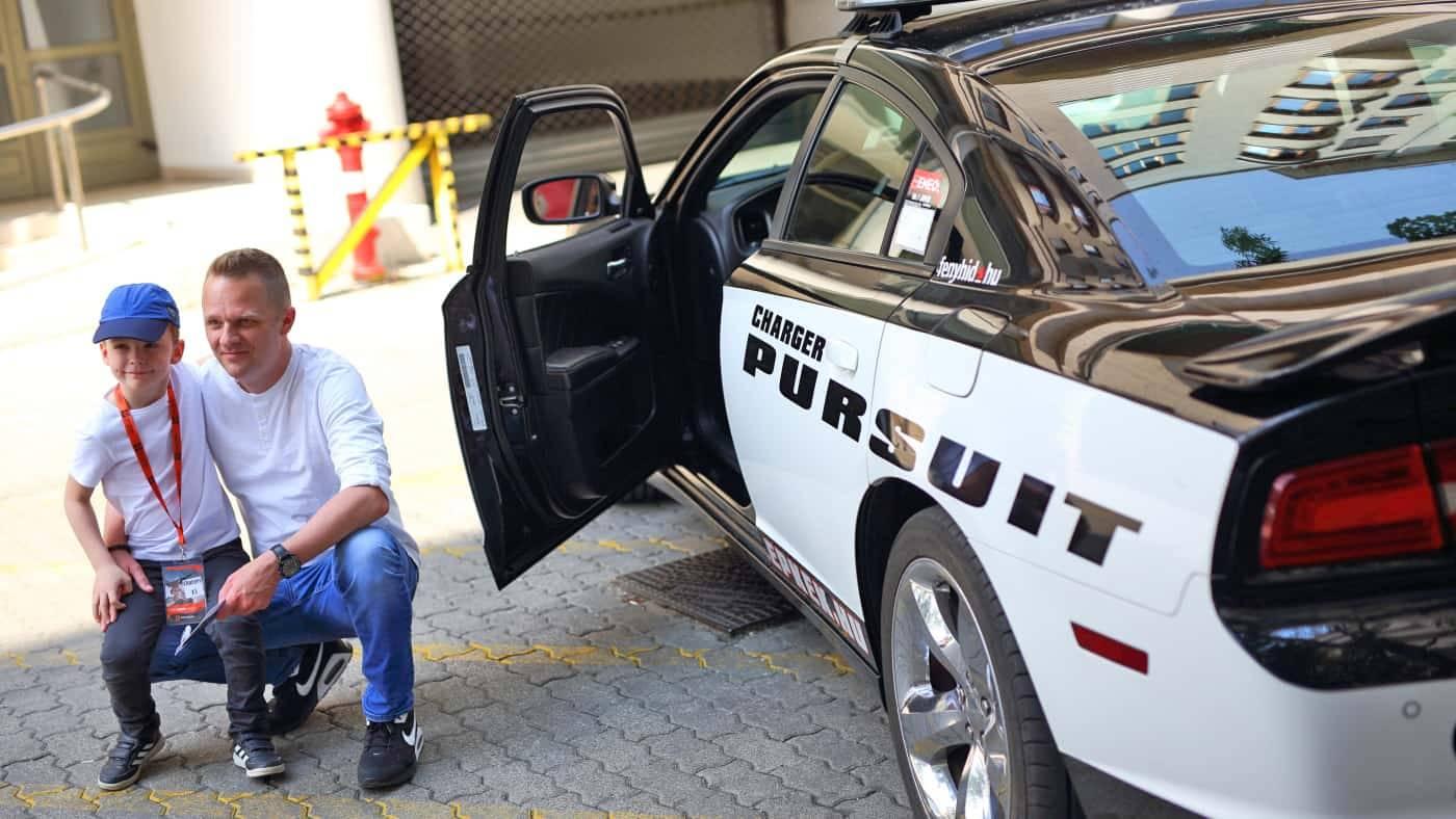 Rendőrautóval óvodába vagy iskolába a csemetéért egy Dodge Chargerel a Need for Speedből