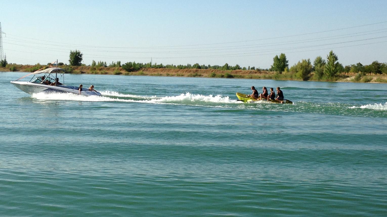 Wakeskate Dunavarsányban a Jade Beachen motorcsónak mögött