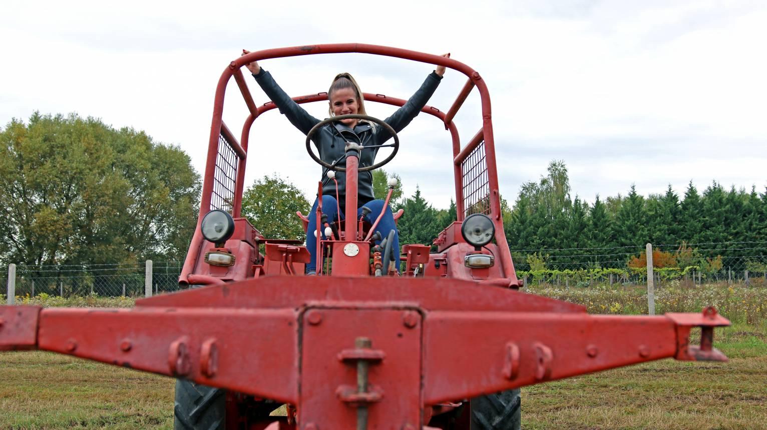 RS 09 GT124 fűnyíró traktorral élményvezetés gyerekeknek