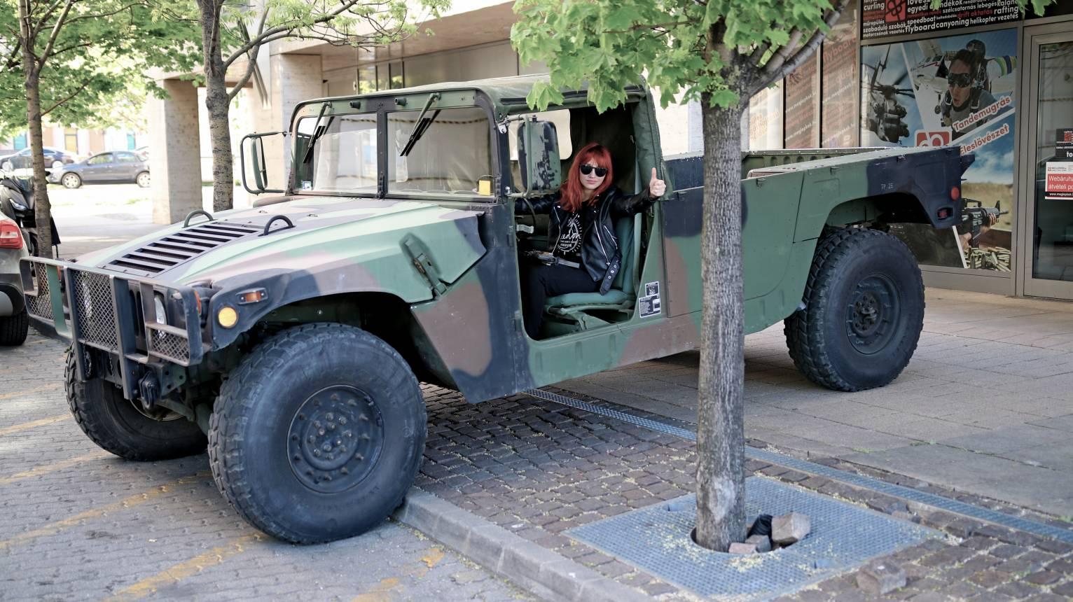 Gyerek álom utazni egy igazi katonai Humvee-ben