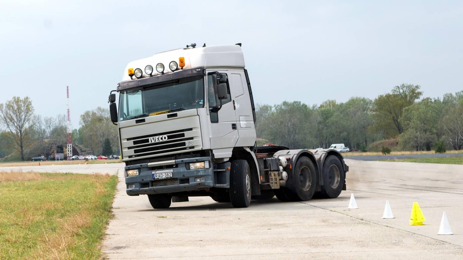 Iveco nyerges kamion vezetés szlalom pályán + gyorsulás