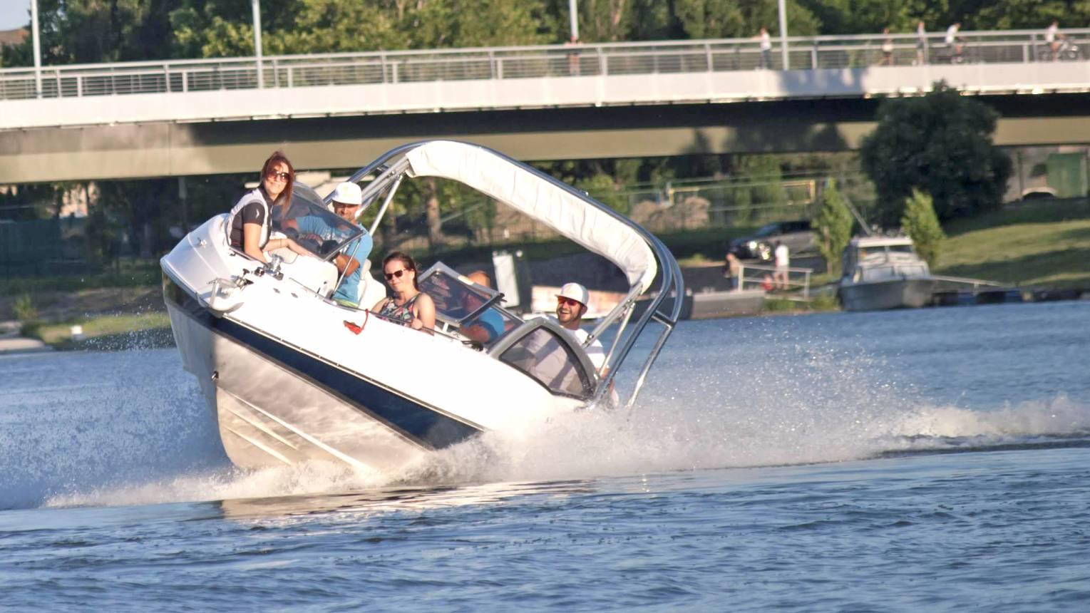 1 órás sporthajó vezetés 5 fő részére