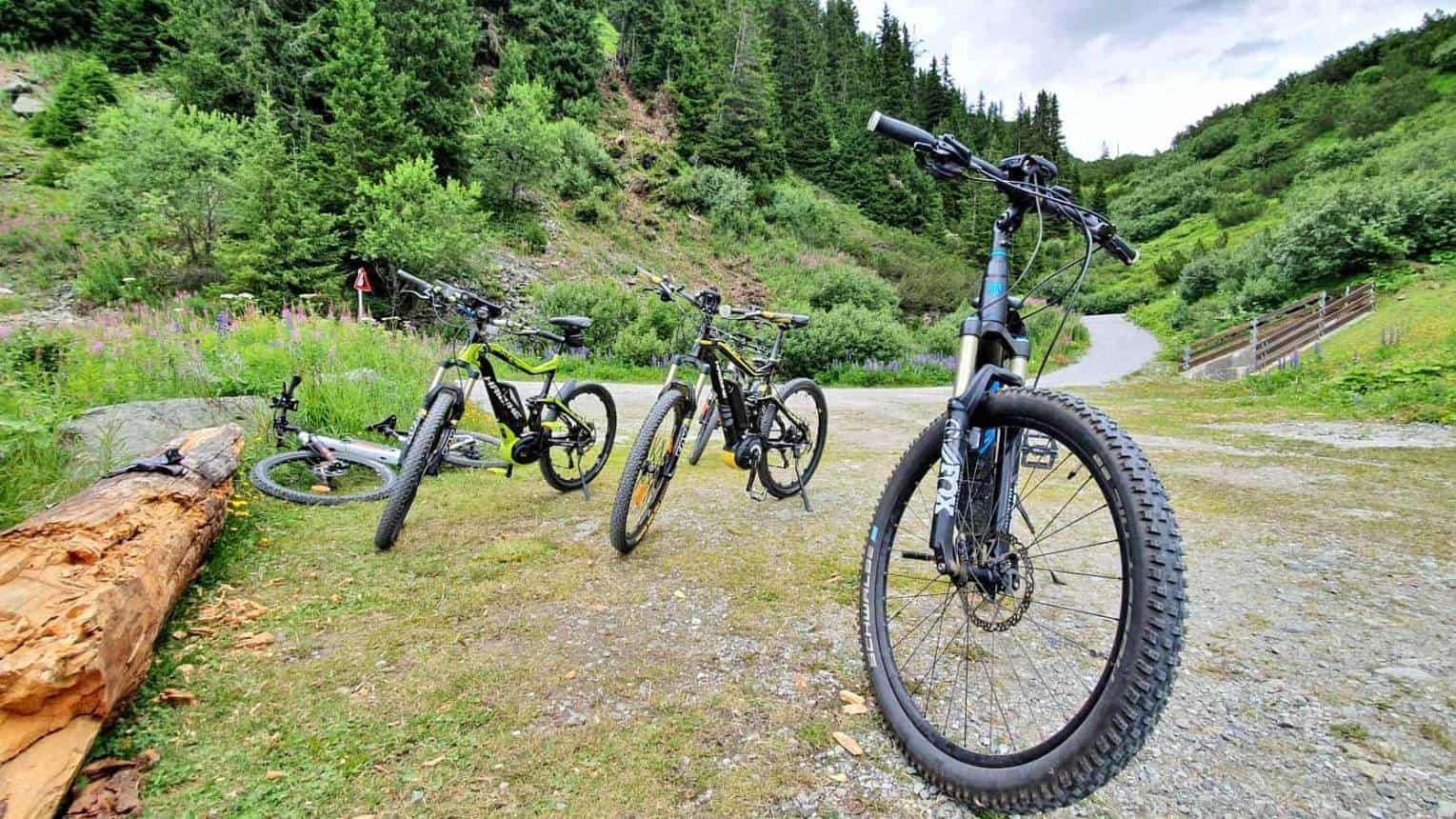 Elektromos hegyikerékpárokkal  kalandozás a természetben hétvégén