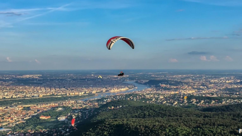 Siklóernyős tandemrepülés Budapesten a Hármashatár-hegyen