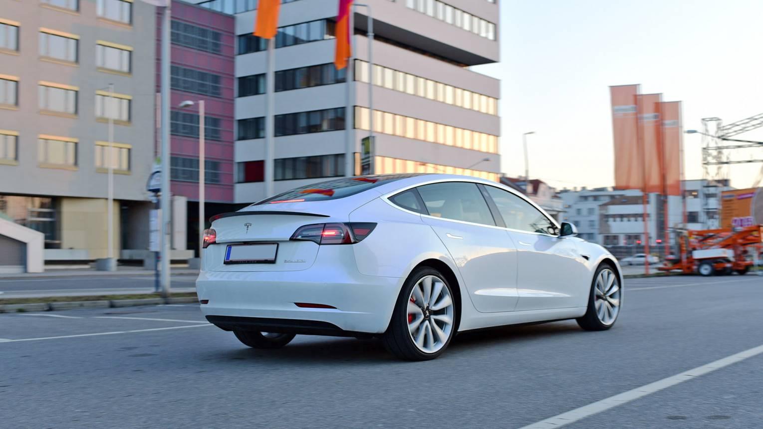 Tesla Model 3 Performance Ezüst csomag élményvezetés Budapesten