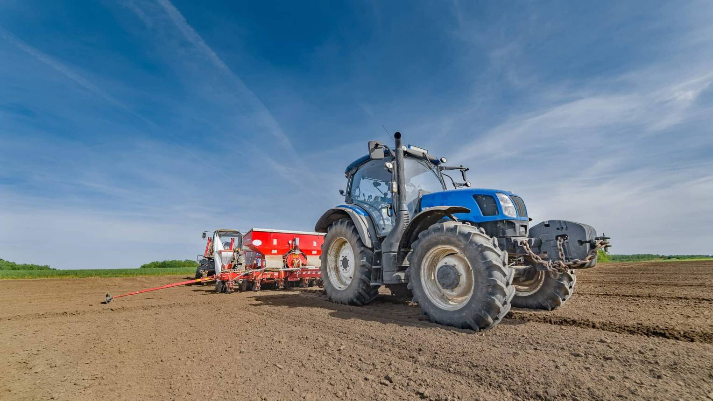 Apa-fia traktor vezetés