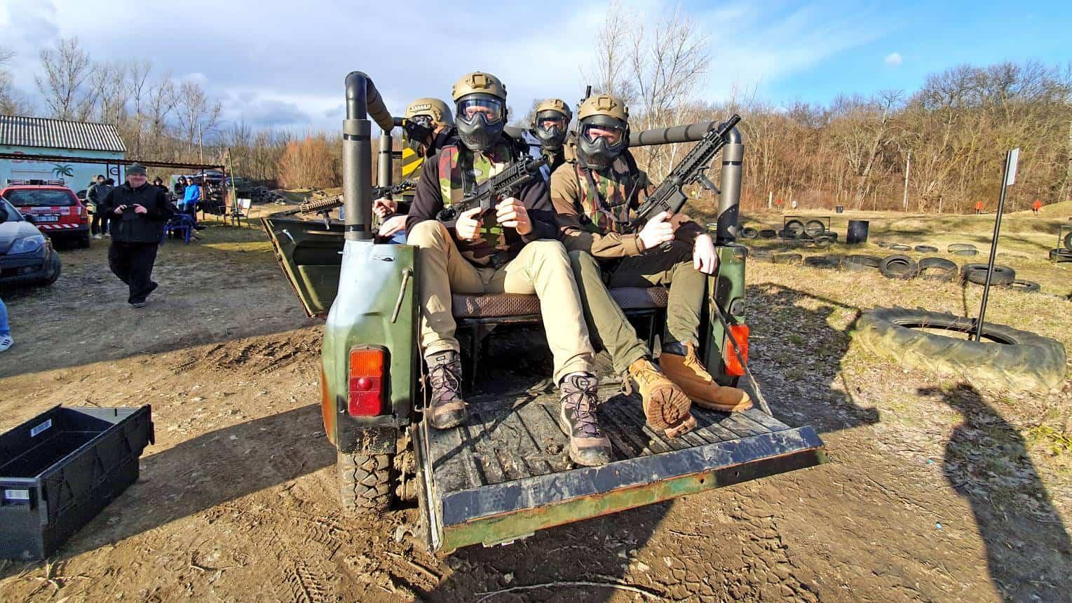 Paintball UAZ katonai terepjáróról mozgás közben legénybúcsúra
