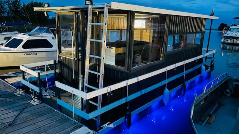 Tisza-tavon úszóház bérlés jogosítvány nélkül hétvégén