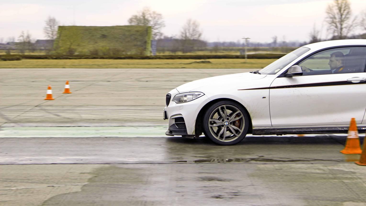 Vezetéstechnikai tréning saját autóval reptéren