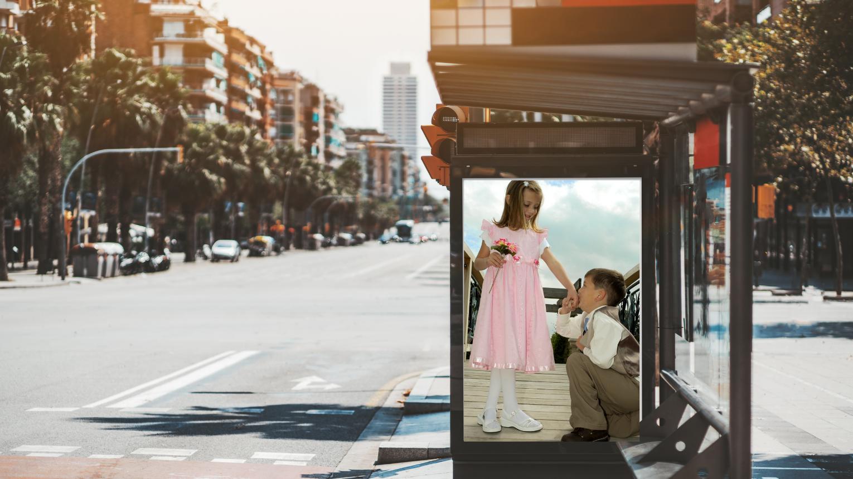 Személyes üzenet villamos-és buszmegállóban